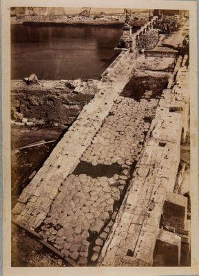 Ponte Elio, resti dell' antico lastricato della via