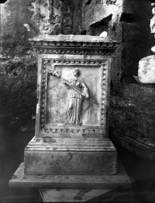 Lacus Iuturnae, marble altar with reliefs, which was found in the Lacus, Helena as Selene, goddess of light