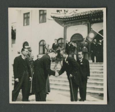 Wang Jingwei shakes hands with Shigemitsu Mamoru